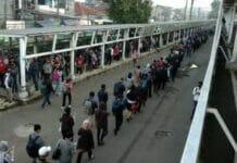Hari Kedua Masuk Kantor, Calon Penumpang KRL di Stasiun Bogor Menumpuk